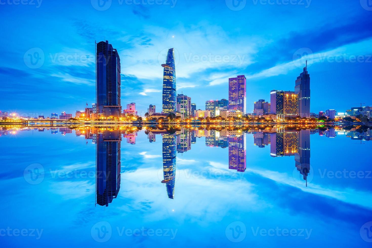 riflesso di nightview di affari e centro amministrativo di Saigon foto