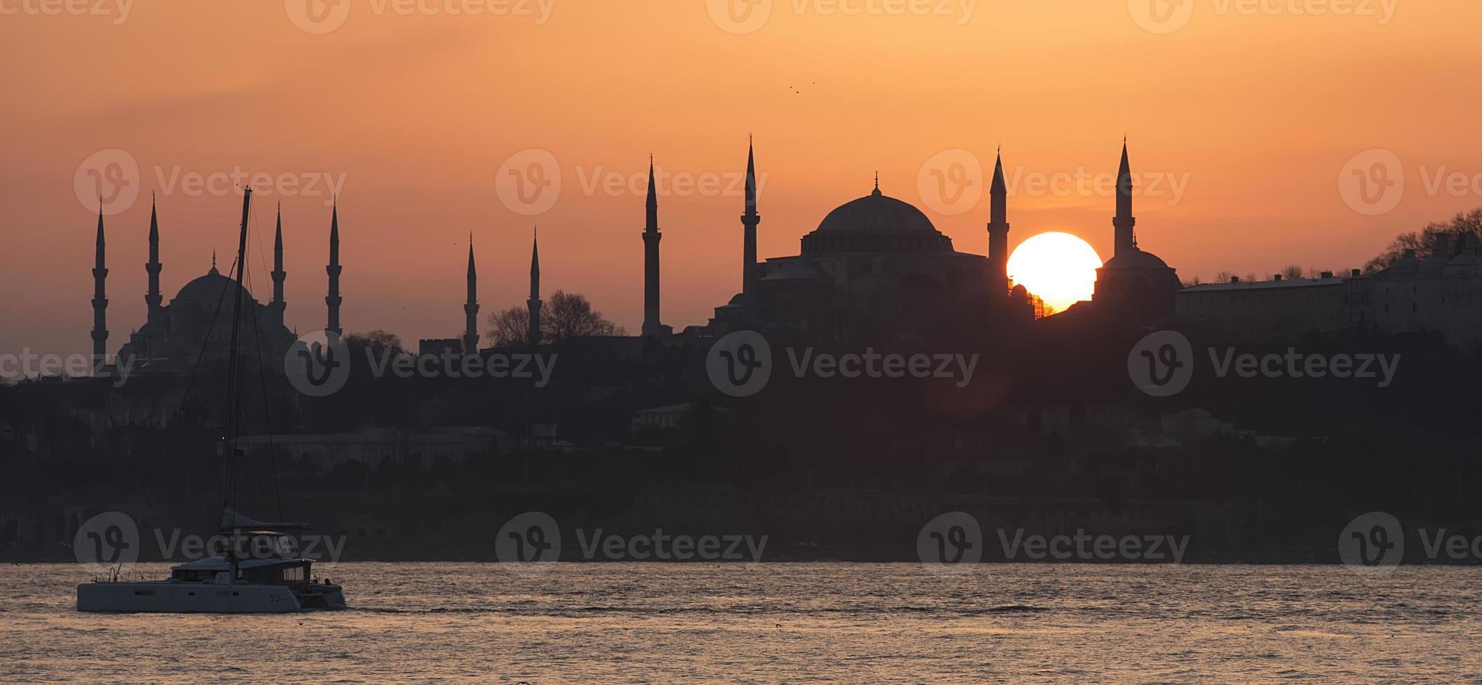 Moschea Blu e Hagia Sophia durante il tramonto foto