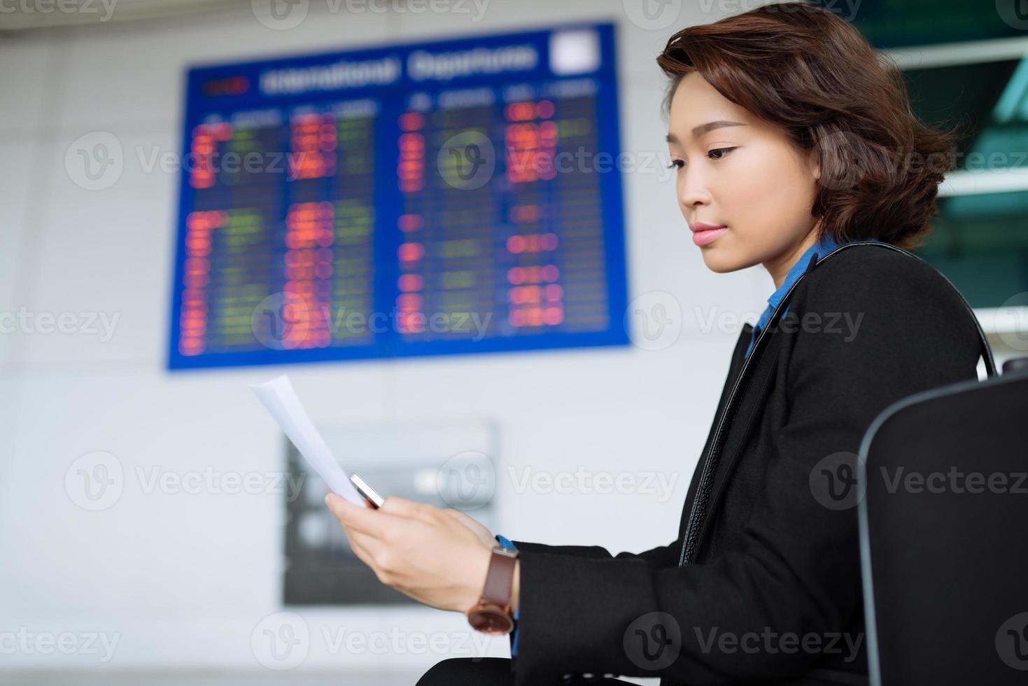 leggere il documento in aeroporto foto