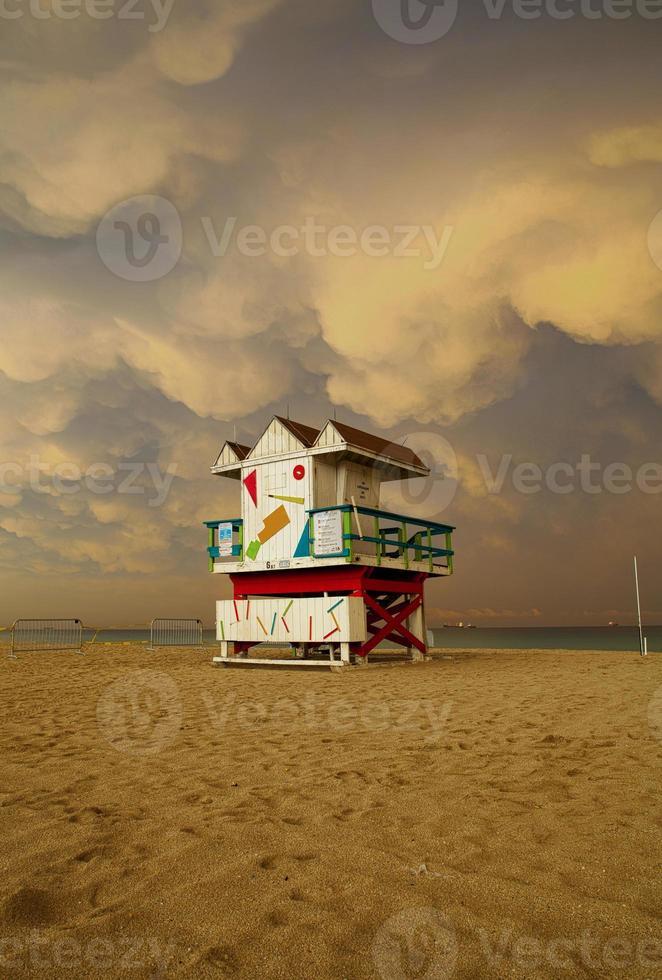 nuvole temporalesche sopra miami beach florida casa lifegurad foto