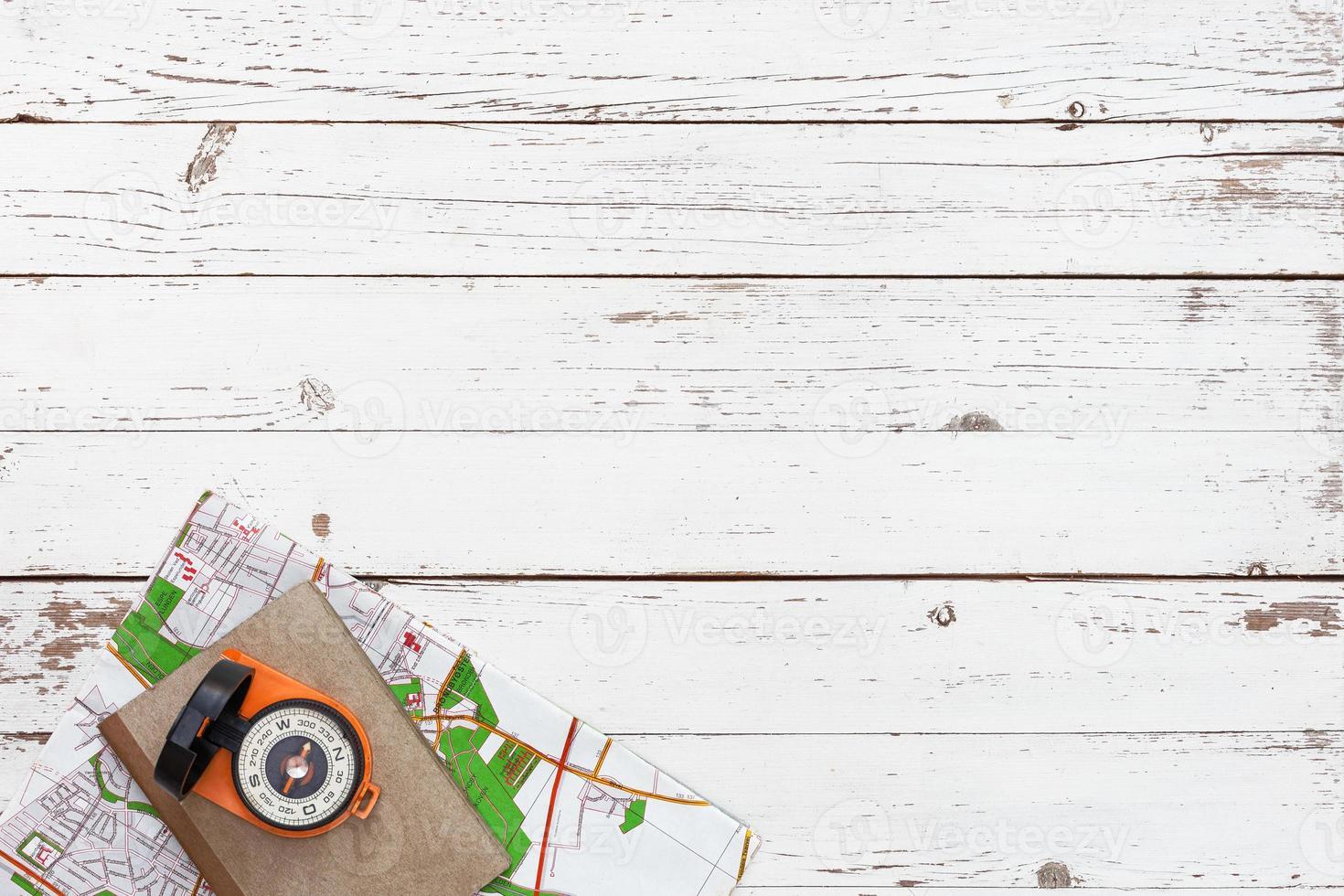tavolo in legno bianco vuoto con strumenti per l'avventura e i viaggi foto