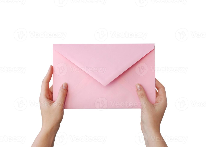 una mano che tiene una busta rosa foto