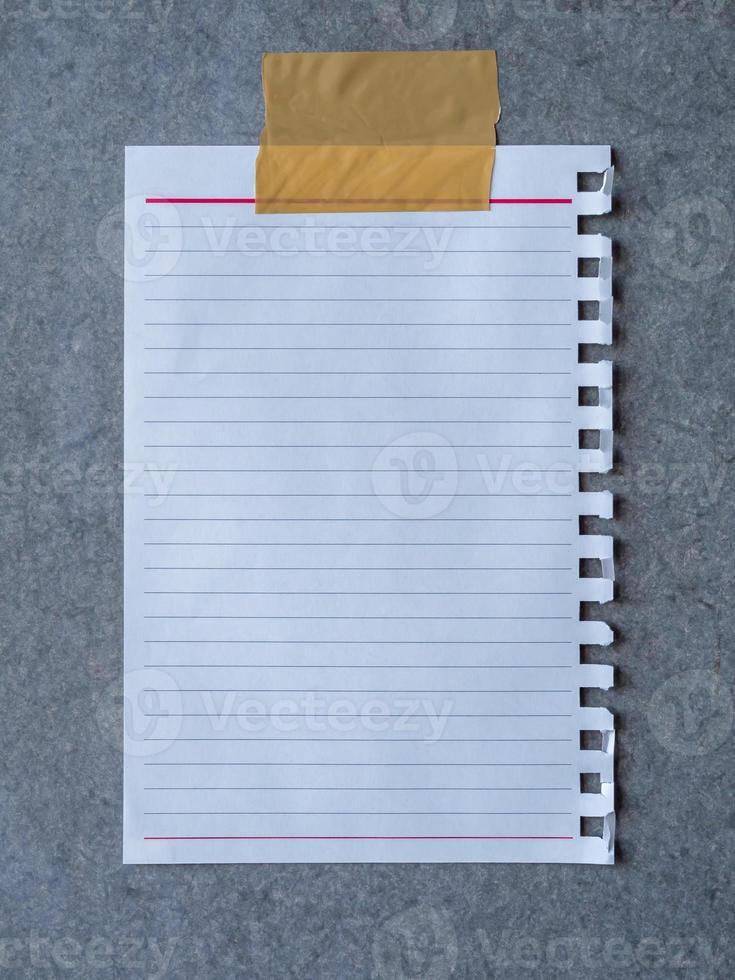foglio da carta notebook su sfondo grigio bordo di cemento foto