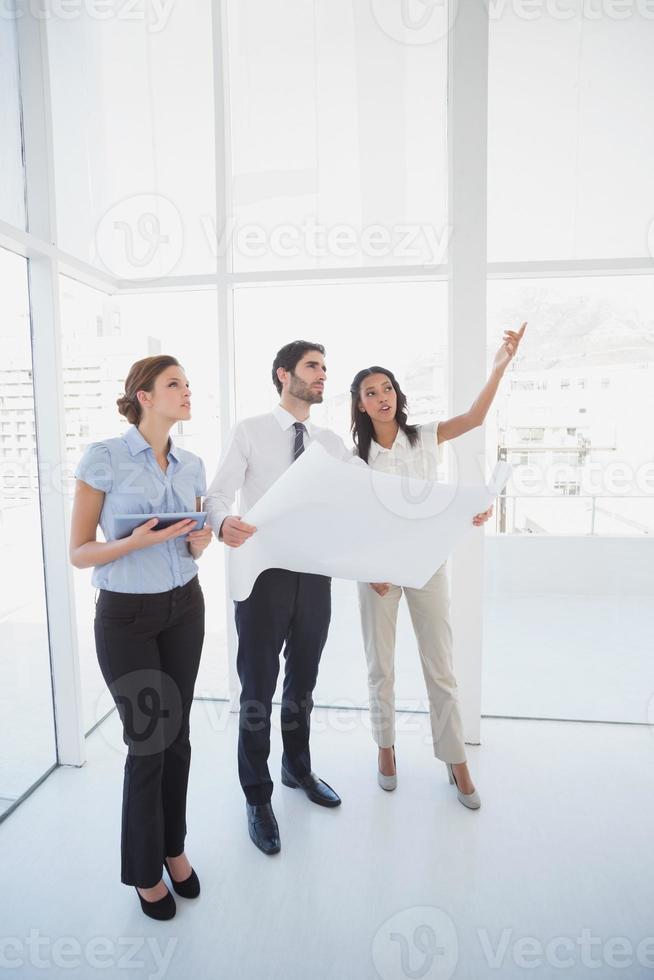 squadra di affari che legge un piano foto