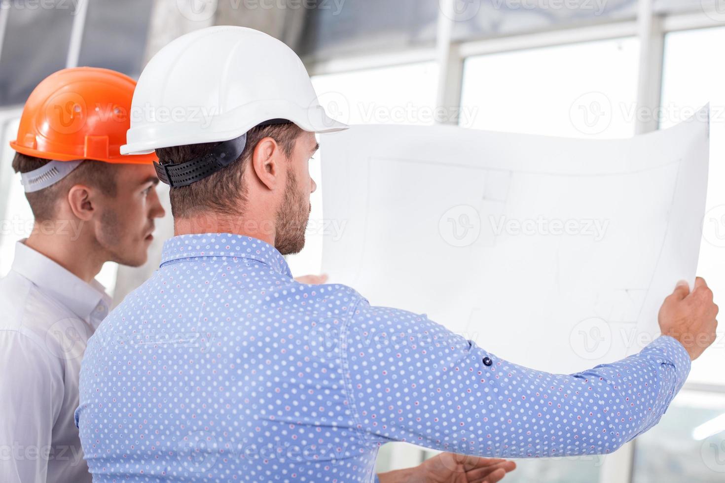 allegri giovani costruttori stanno pianificando un nuovo progetto foto
