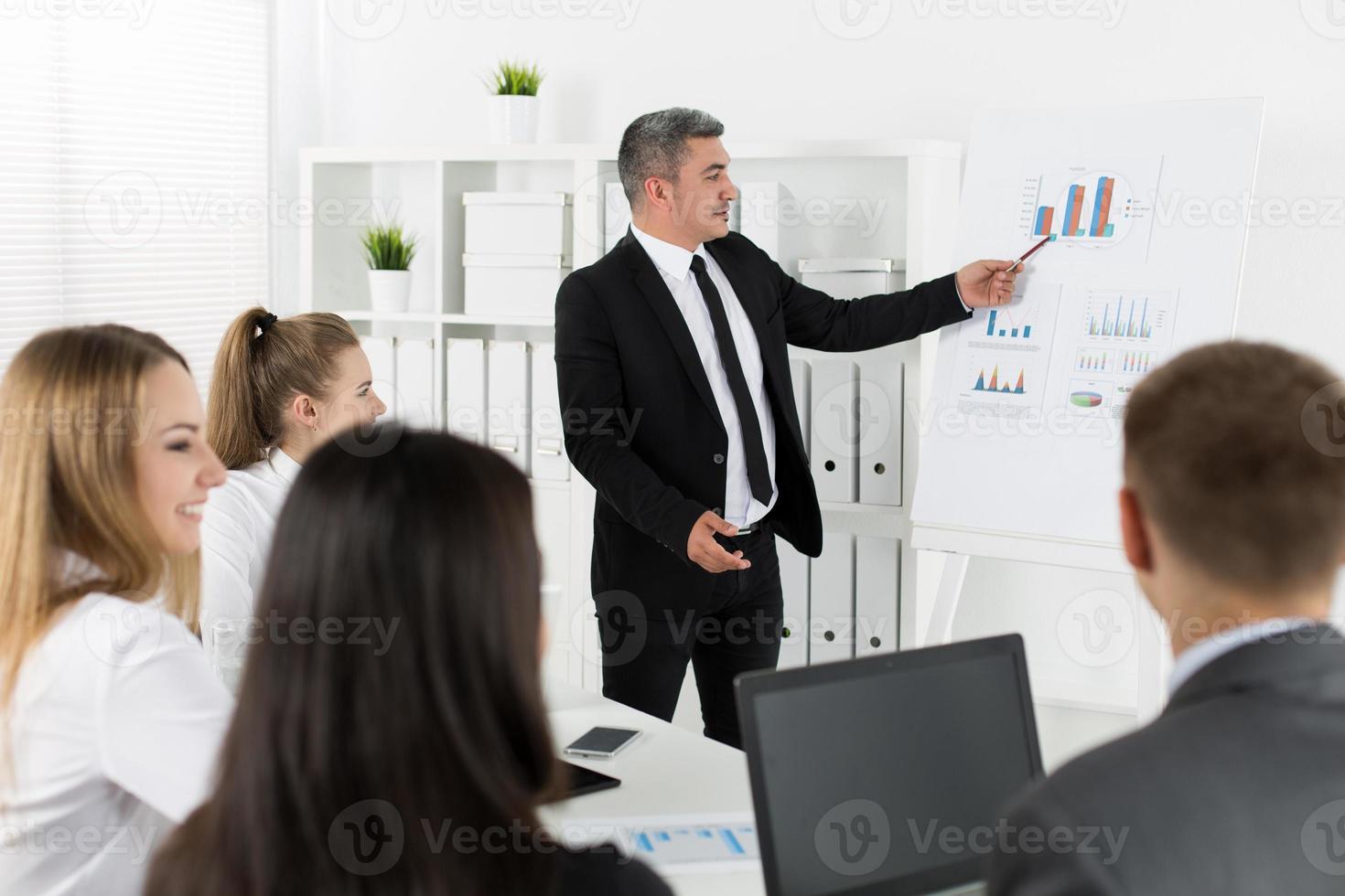 uomini d'affari riuniti in ufficio per discutere del progetto foto