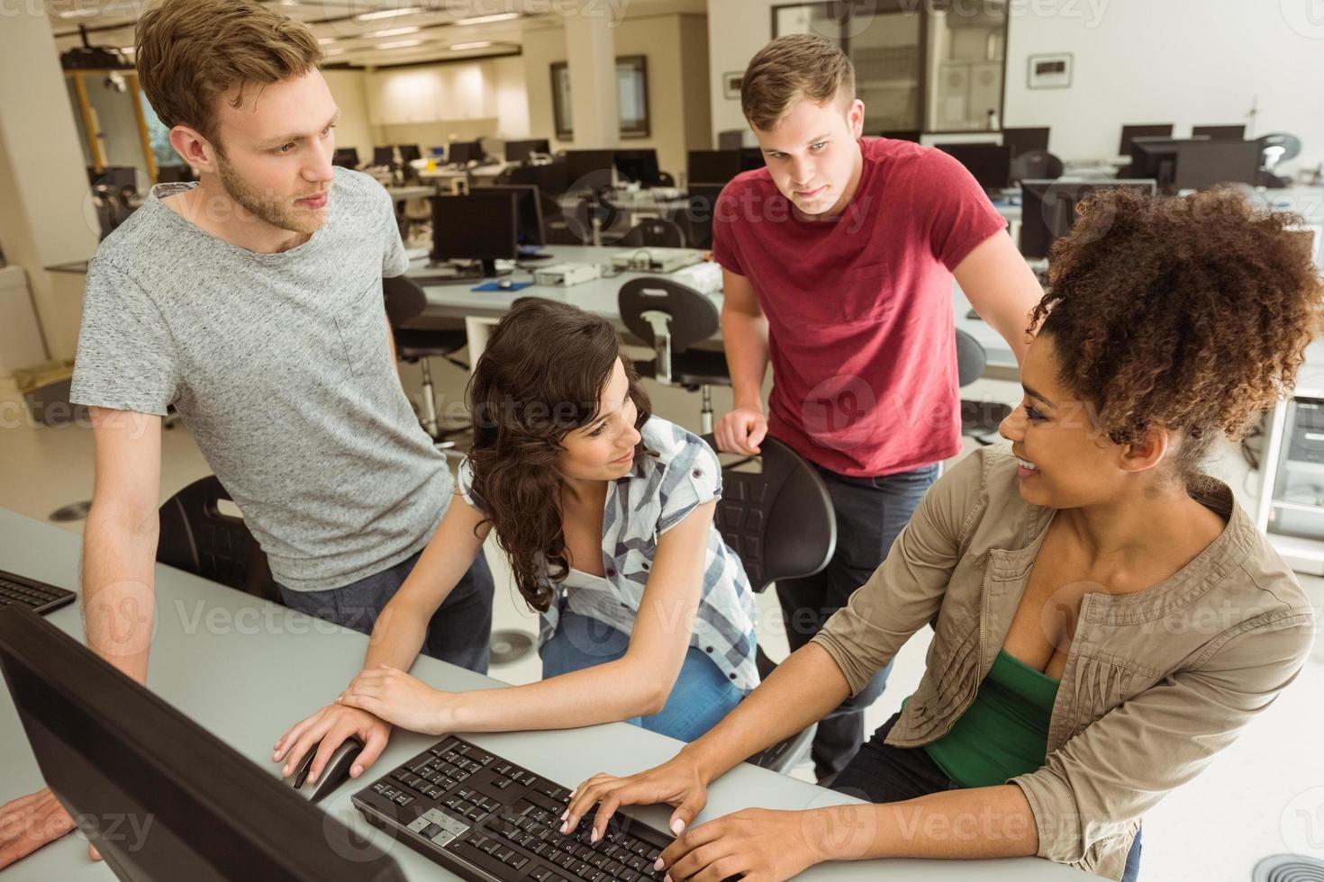 compagni di classe che lavorano insieme nella sala computer foto