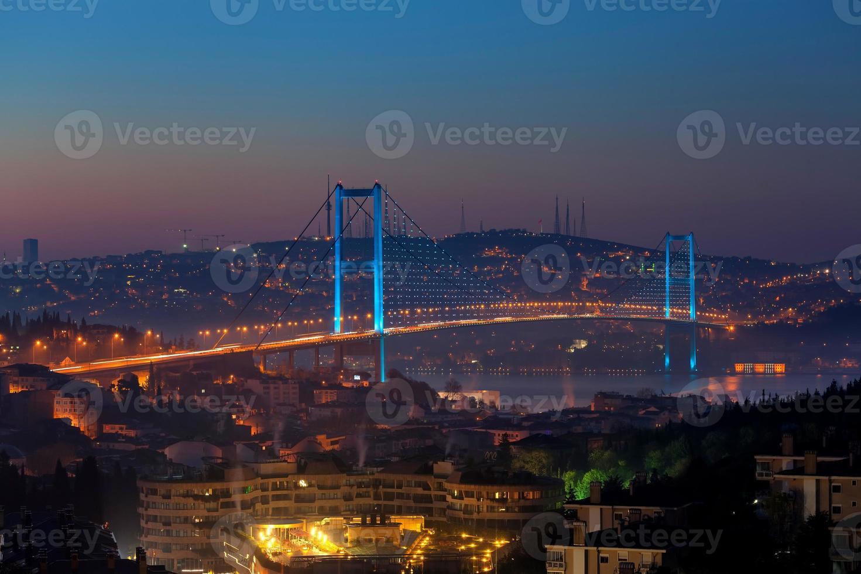 ponte sul Bosforo di notte - Istanbul foto