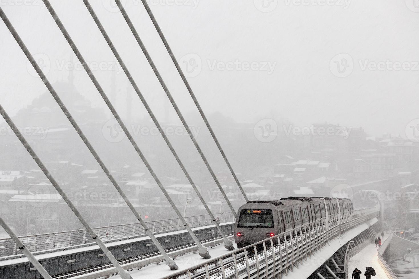 treno della metropolitana al ponte di halic in inverno foto
