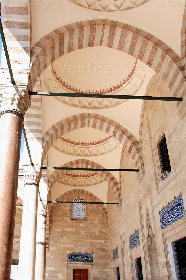colonnato nella moschea foto