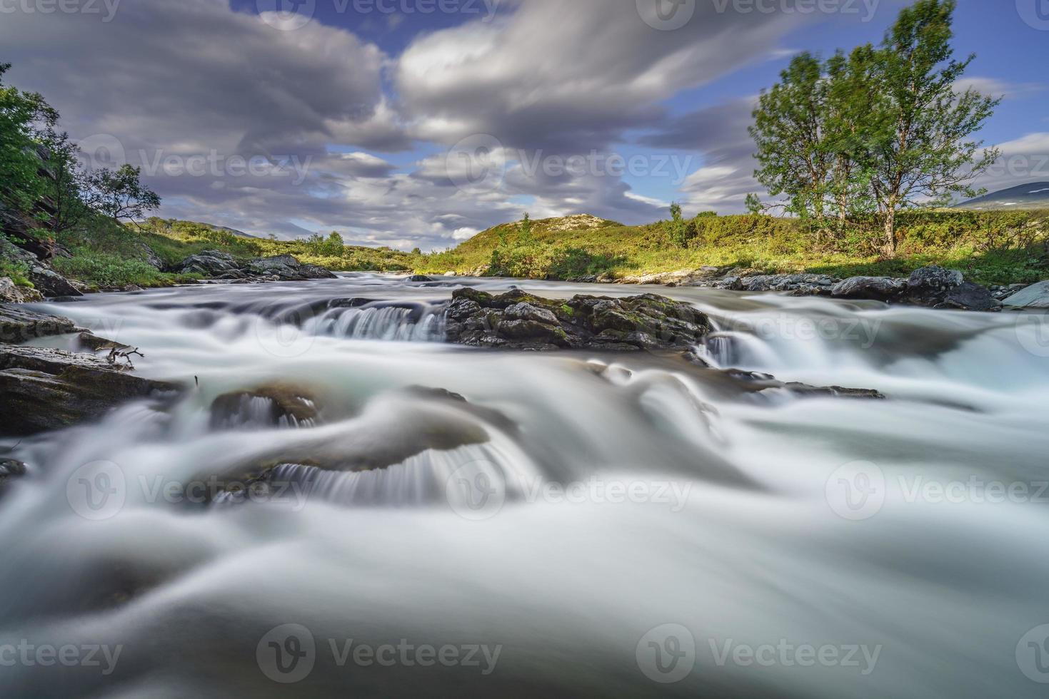 ruscello cristallino nel parco nazionale dovrefjell, Norvegia foto