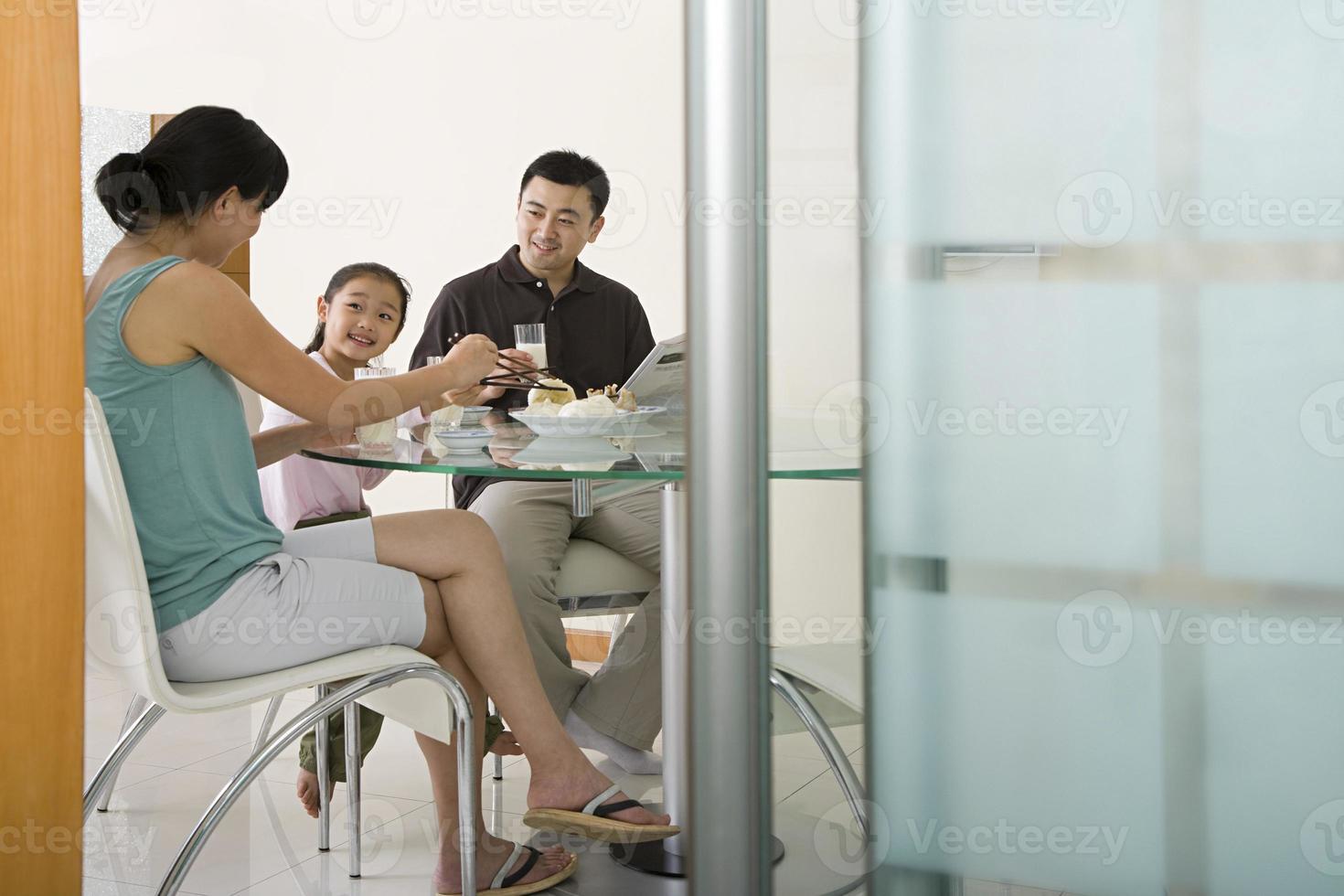 famiglia che ha un pasto foto