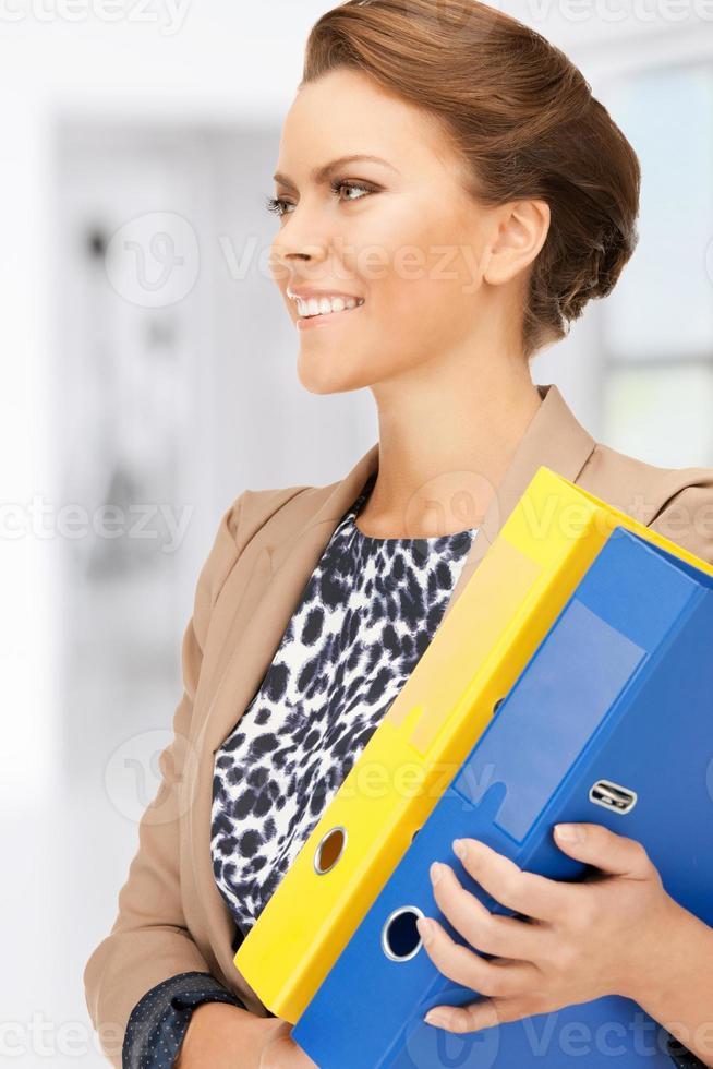 donna con cartelle foto
