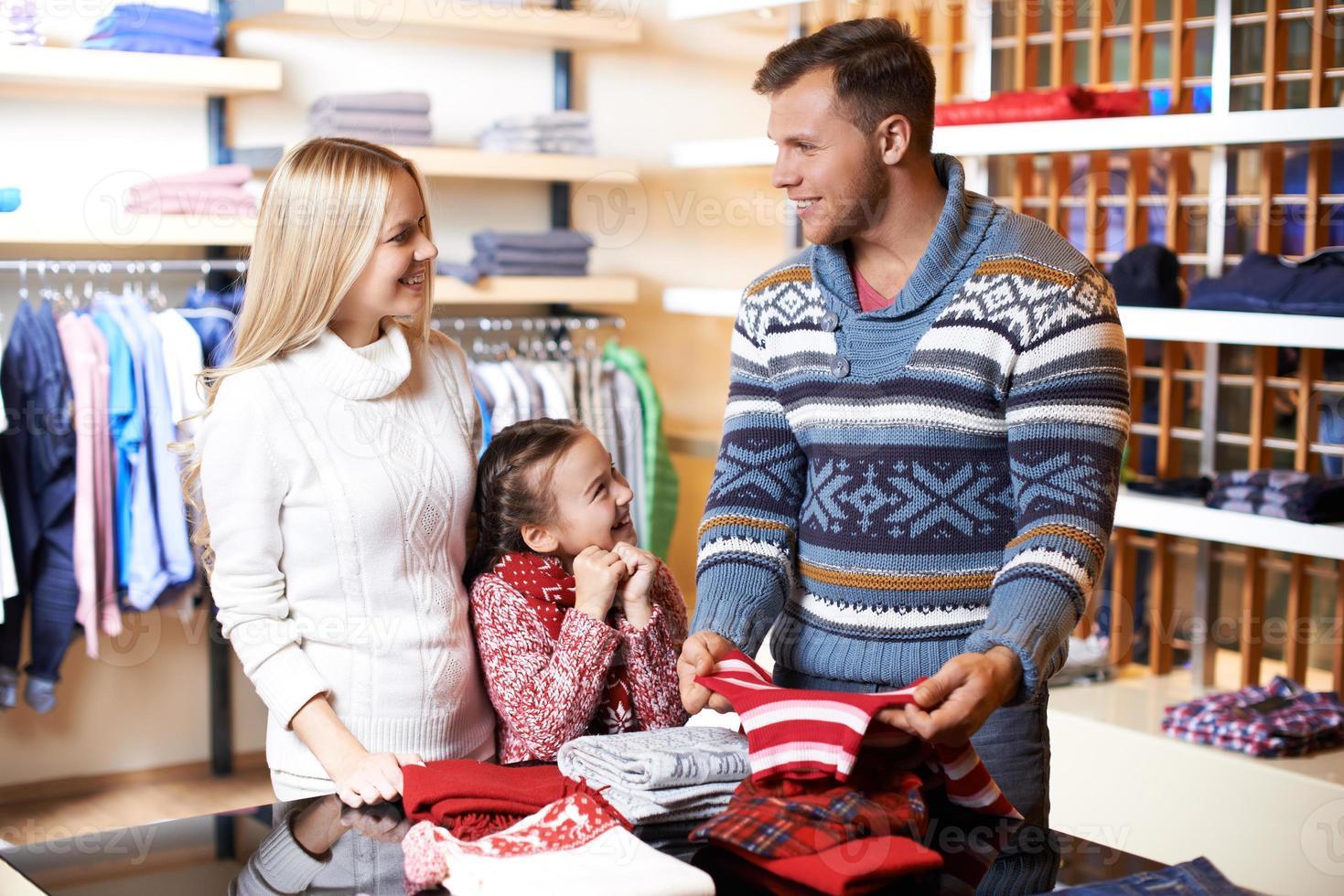 famiglia nel centro commerciale foto