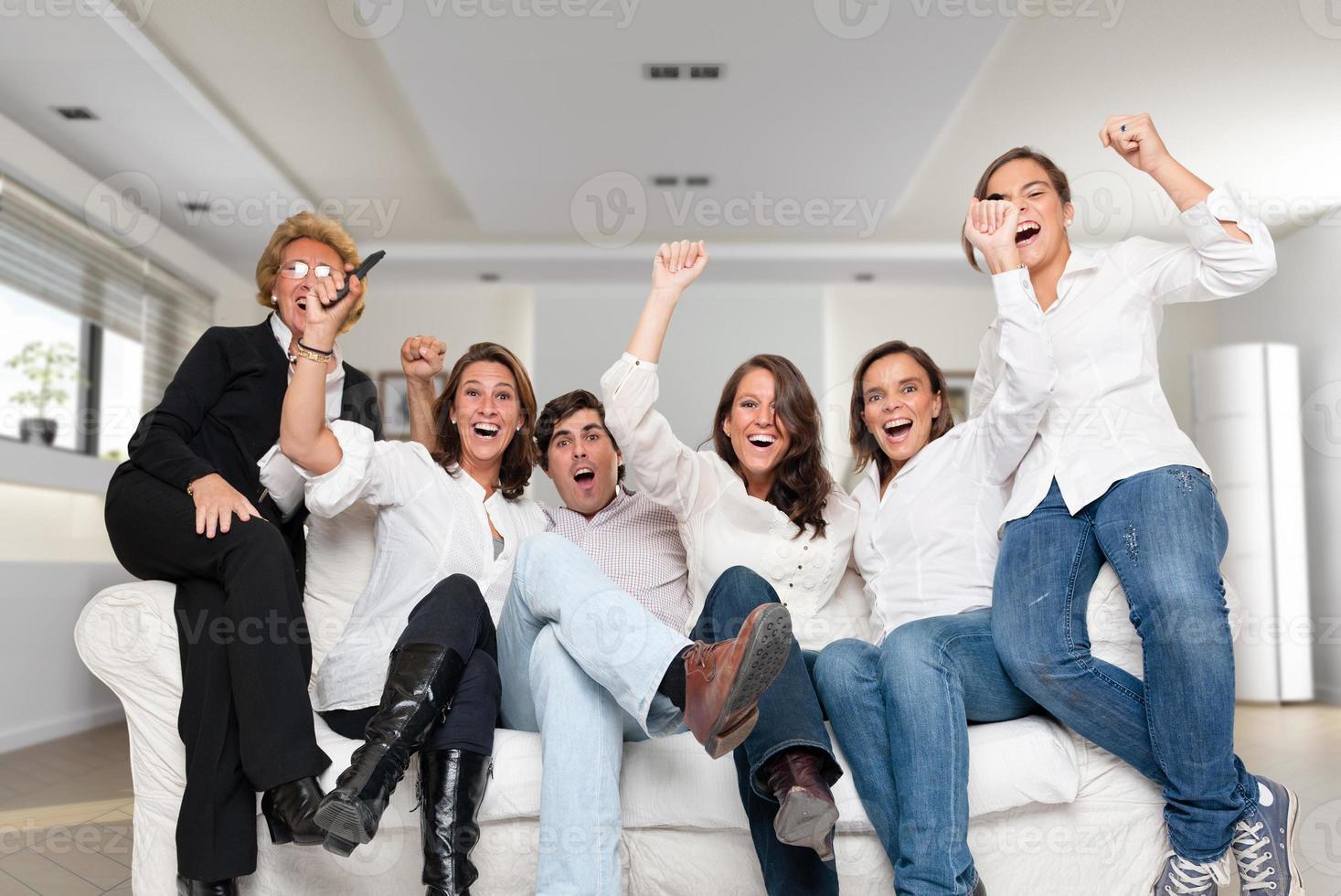 famiglia che guarda una partita vincente foto