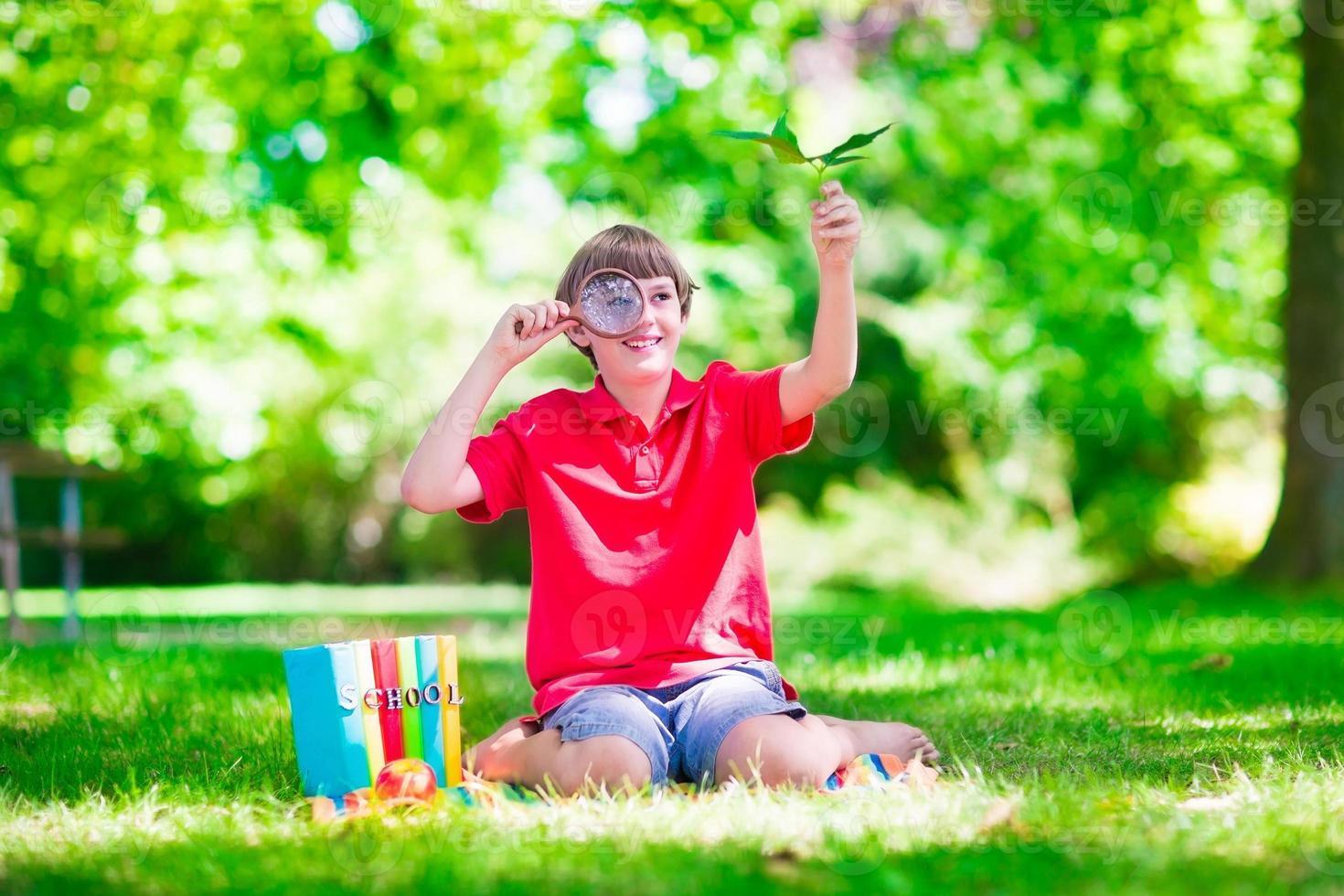 bambino nel cortile della scuola foto