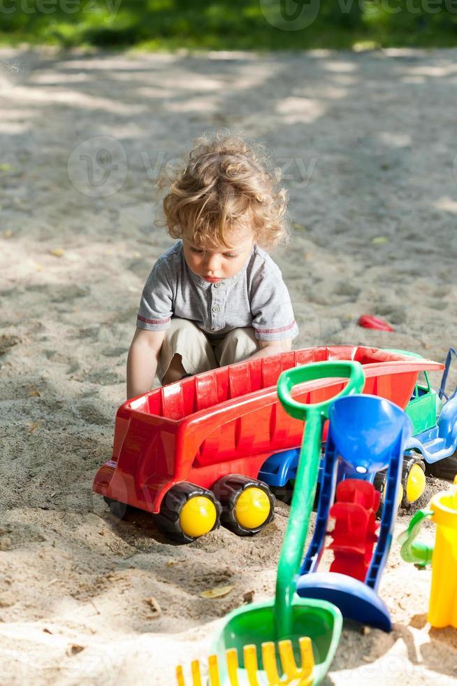 bambino che si diverte nel parco giochi foto