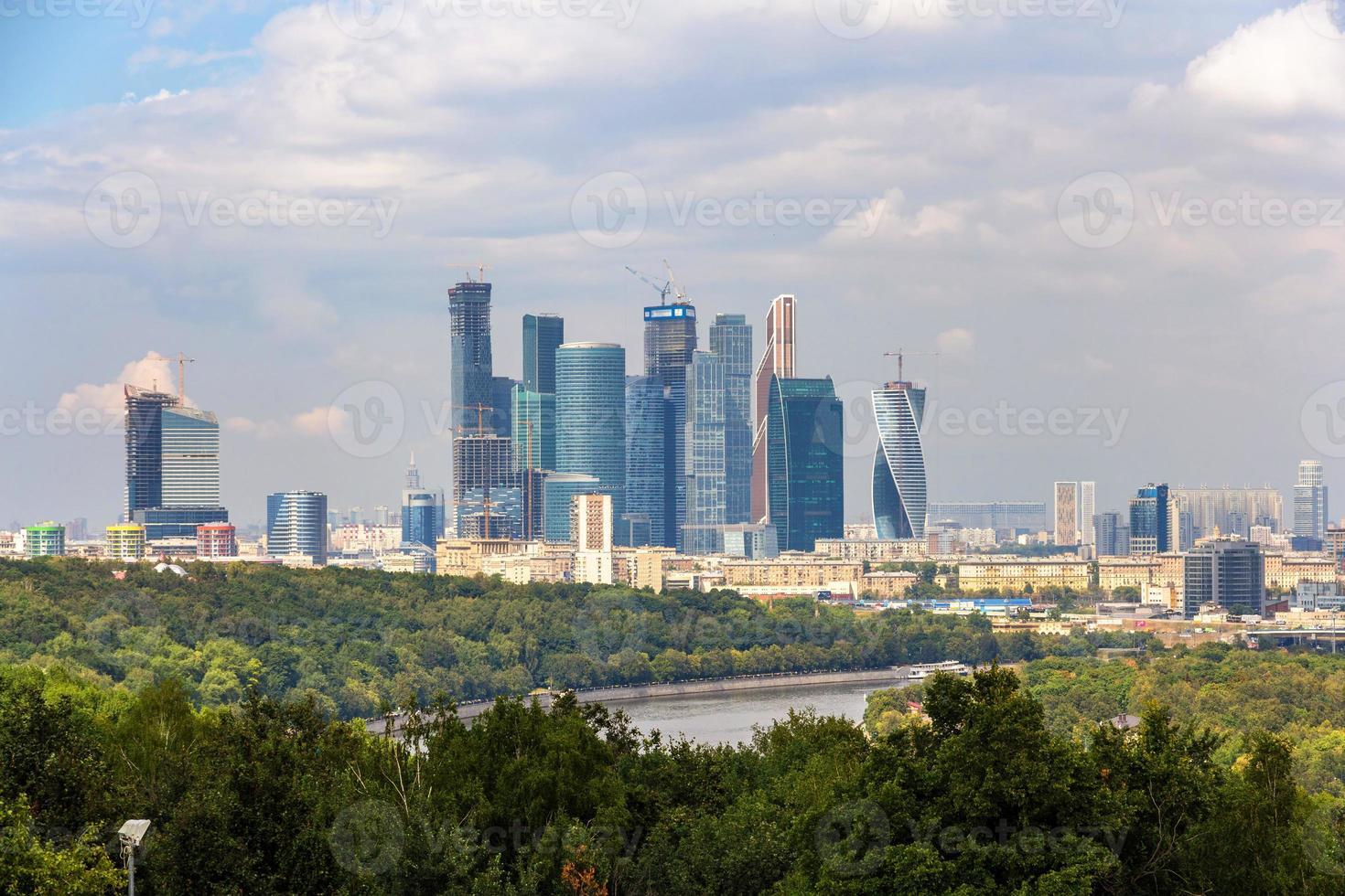 vista della città di Mosca dal parco di Sparrow Hills foto