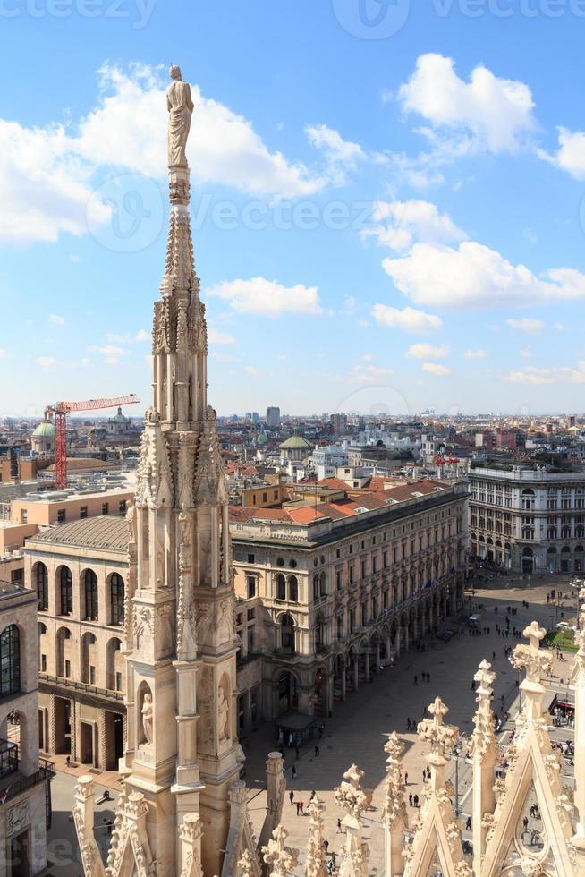 statua sulla cattedrale di milano e piazza del duomo foto