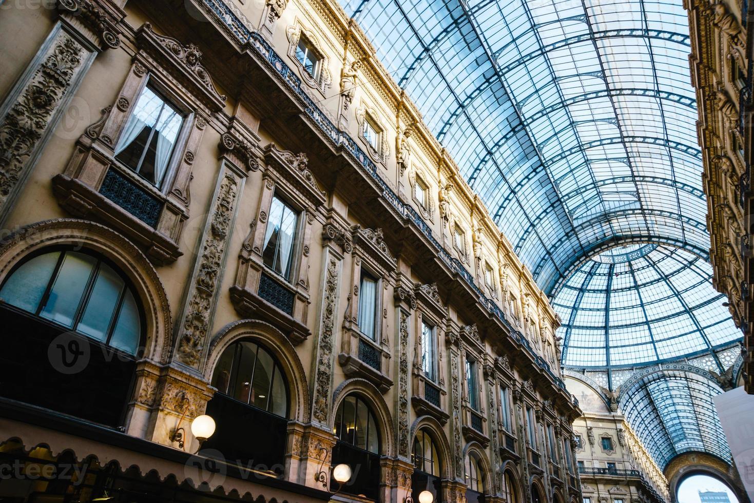 vittorio emanuele ii gallery in piazza del duomo a milano. foto