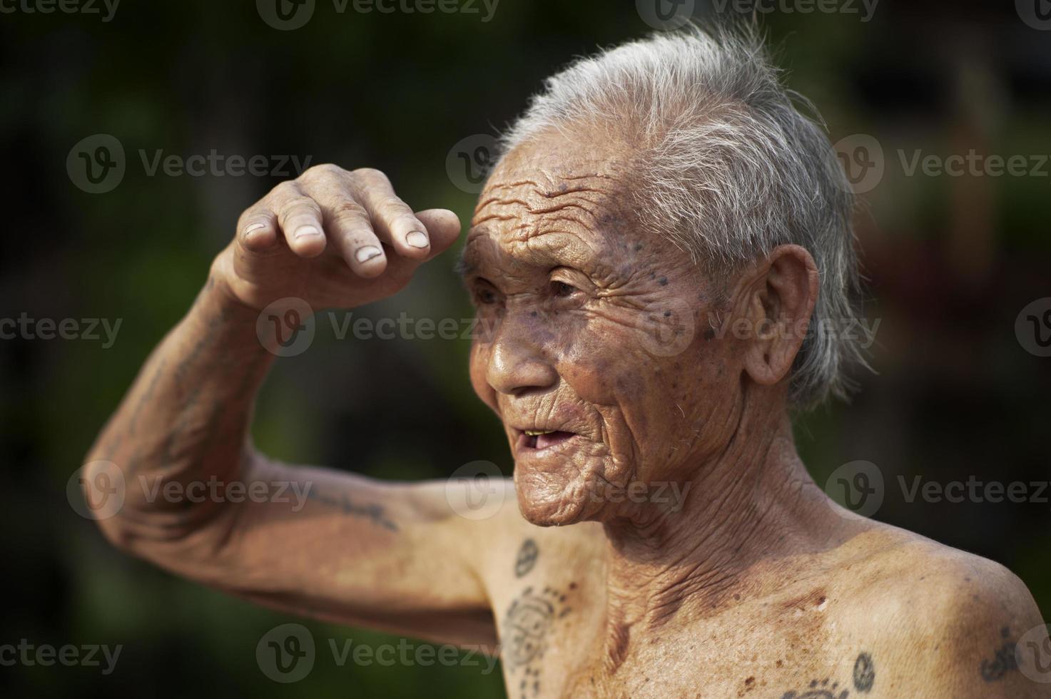 uomo karen tatuato foto