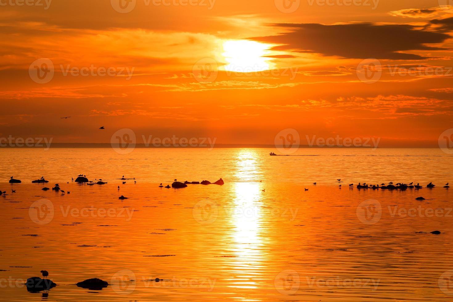 barca al tramonto foto