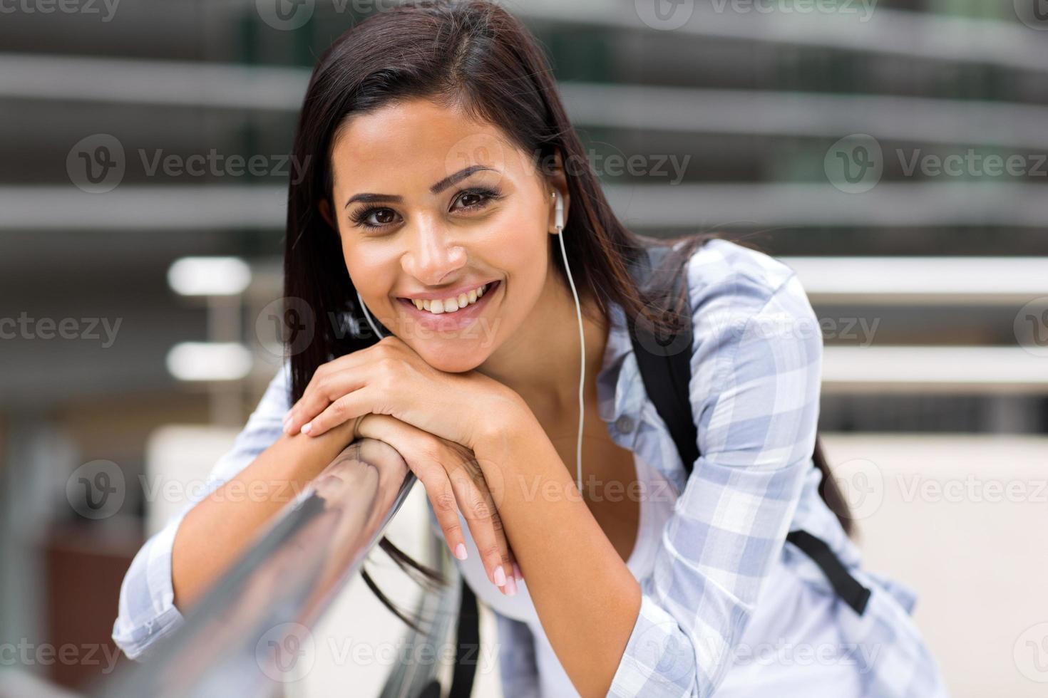 studentessa universitaria nel campus foto
