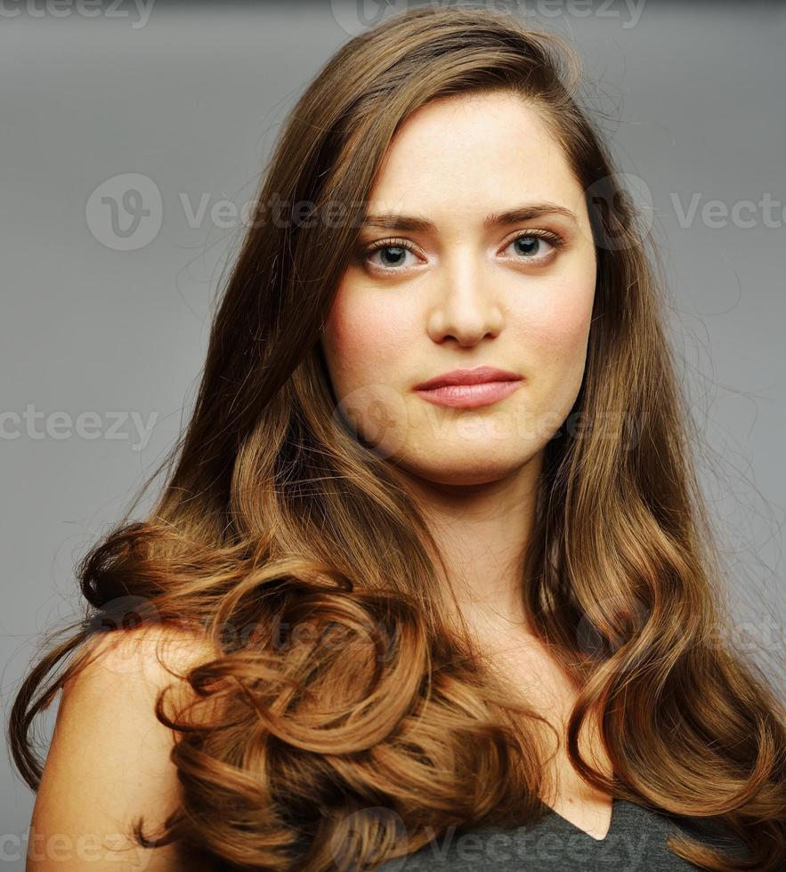 giovane attraente modello femminile in posa foto