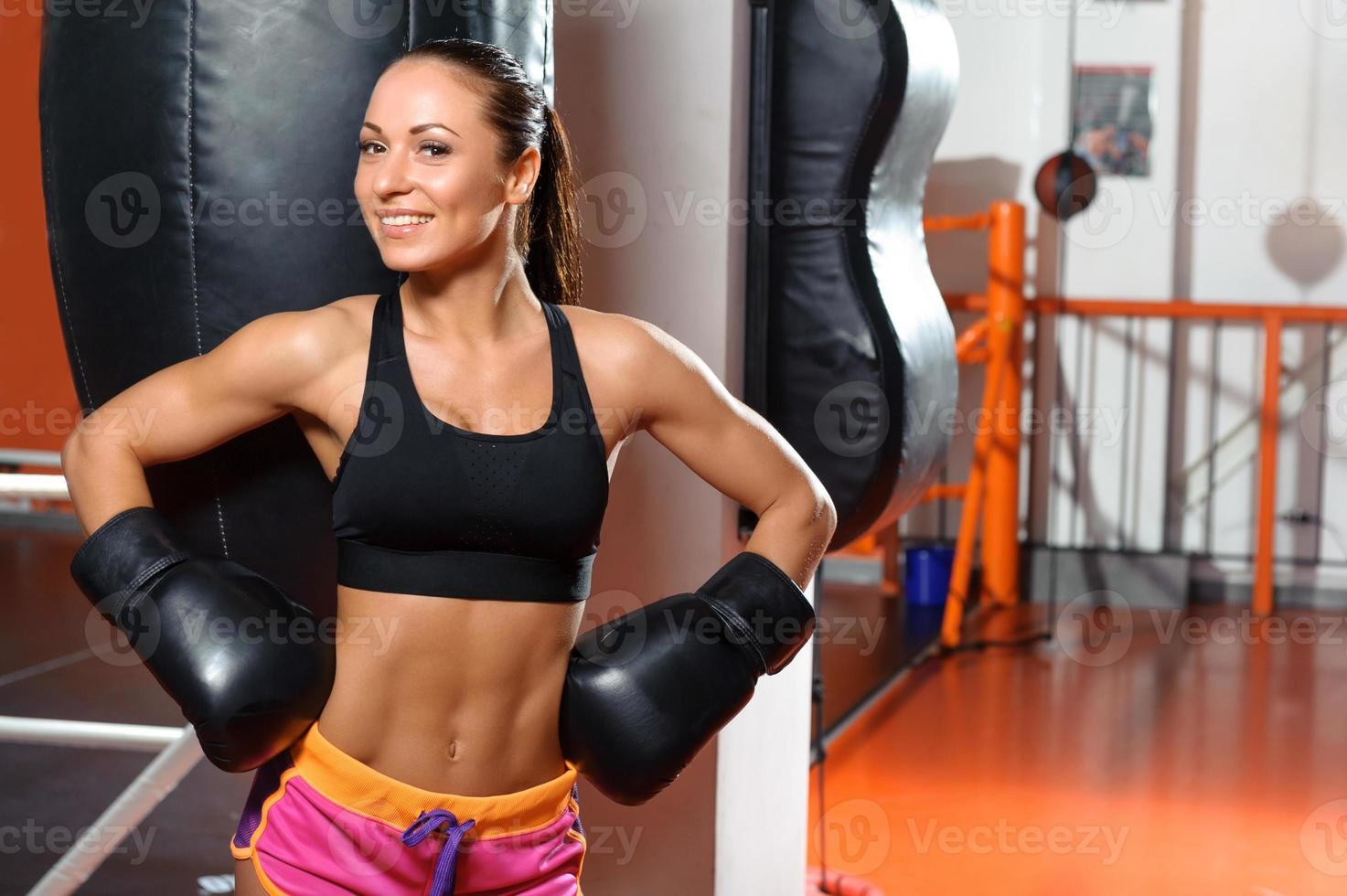 boxer femmina con sacco da boxe foto