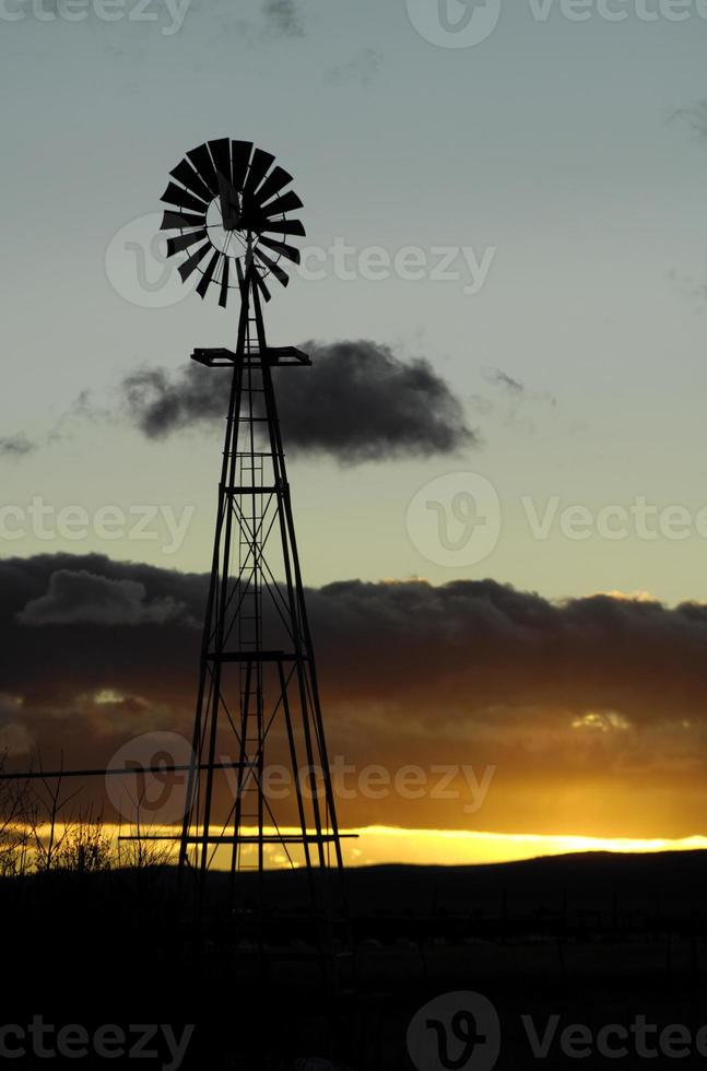 mulino a vento al tramonto foto