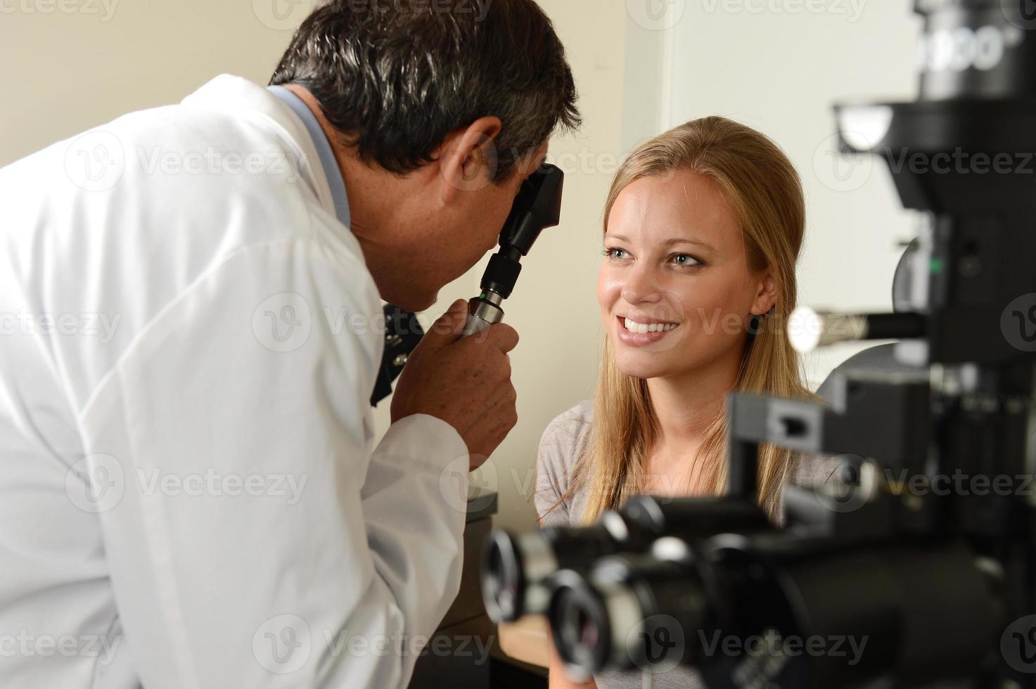 oculista con paziente femminile foto