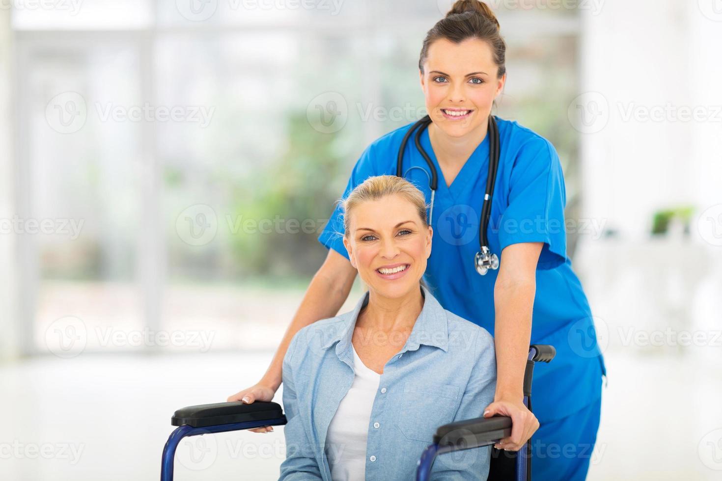 paziente di mezza età con infermiera femminile foto