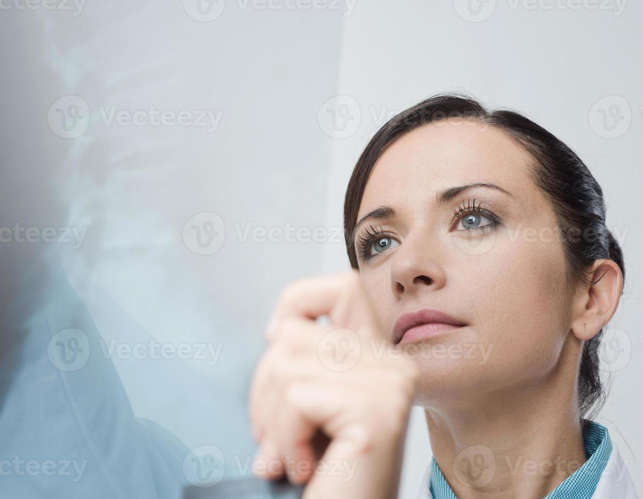 radiologo femminile che controlla immagine dei raggi x foto
