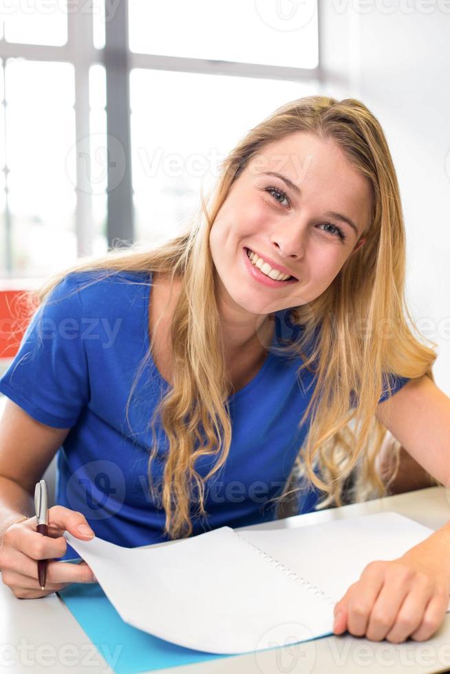 studentessa scrivendo note in aula foto