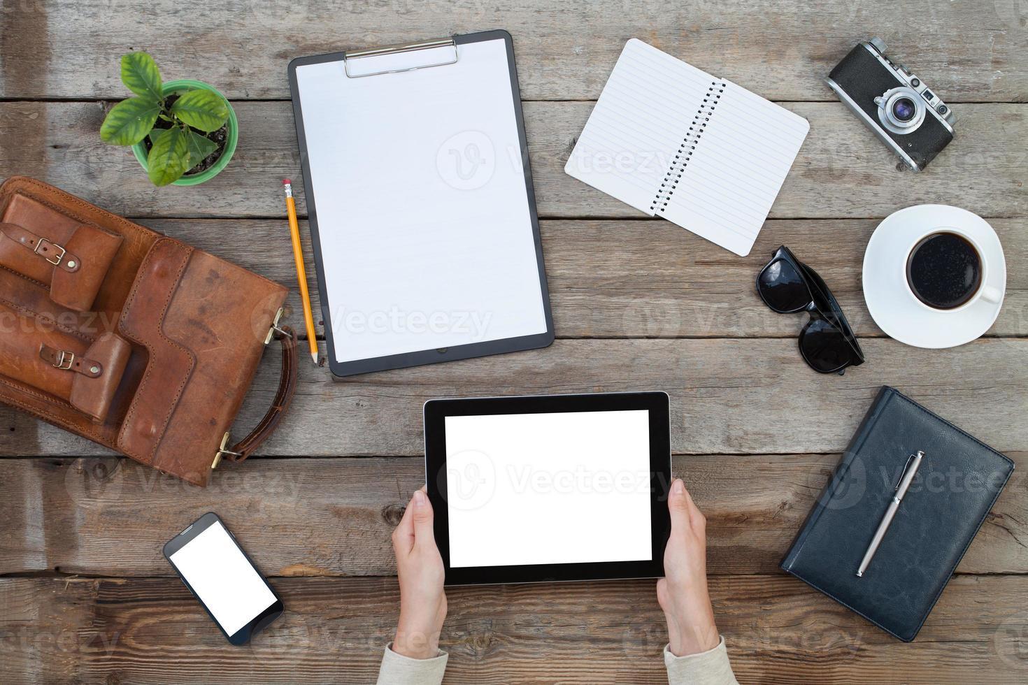 mani femminili che tengono il computer digitale della compressa foto