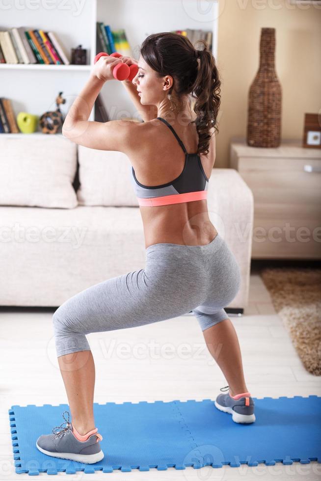 femmina attraente facendo esercizio a casa. foto