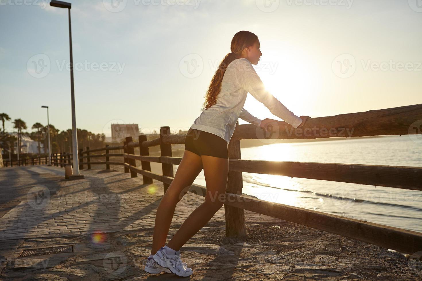 giovane jogger esercitando sulla costa foto