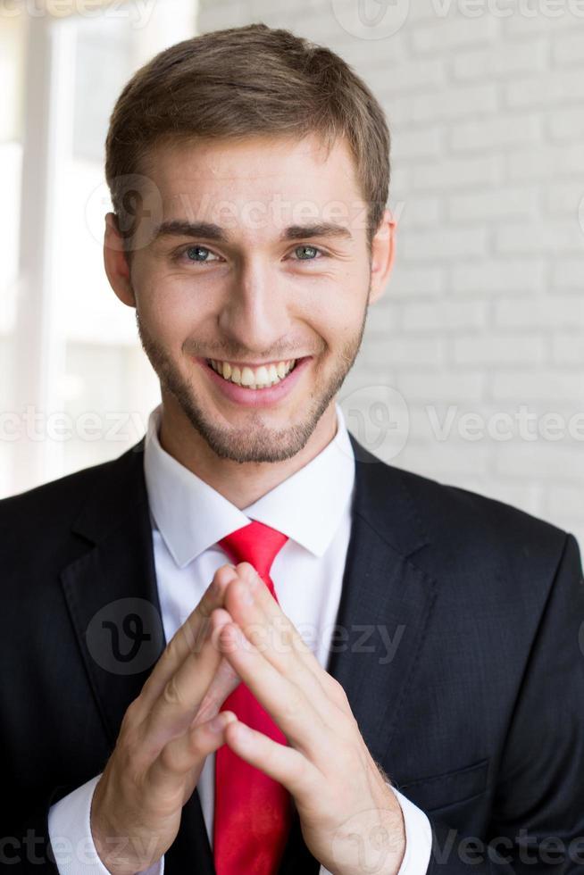 uomo d'affari bello sorridente foto