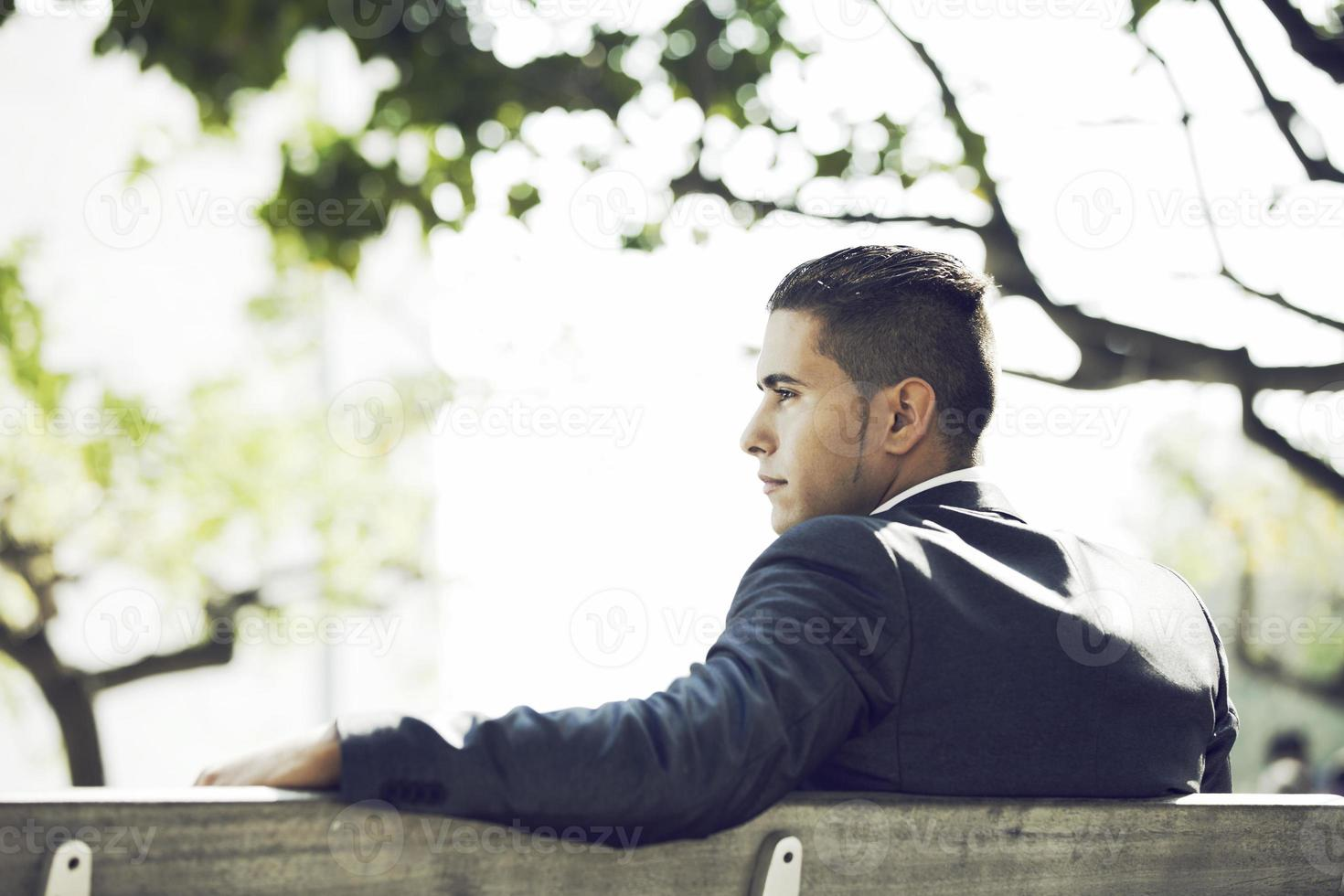uomo d'affari sedersi nel parco panchina foto