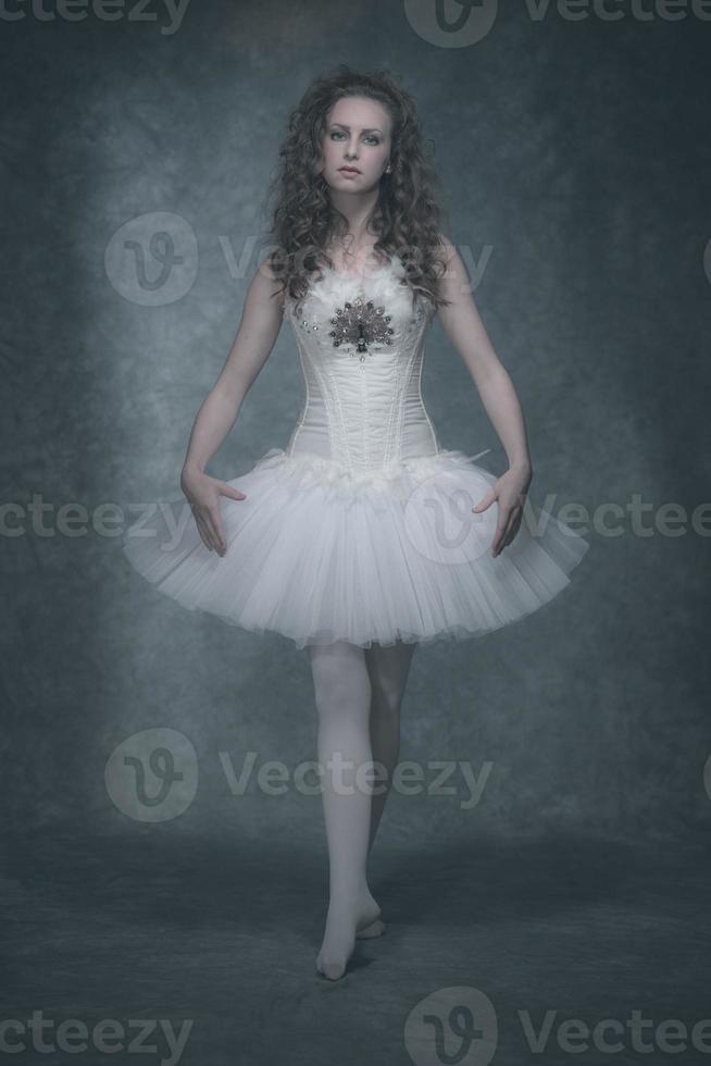 donna castana di stile di modo di balletto. indossa un corsetto bianco e vestito. foto