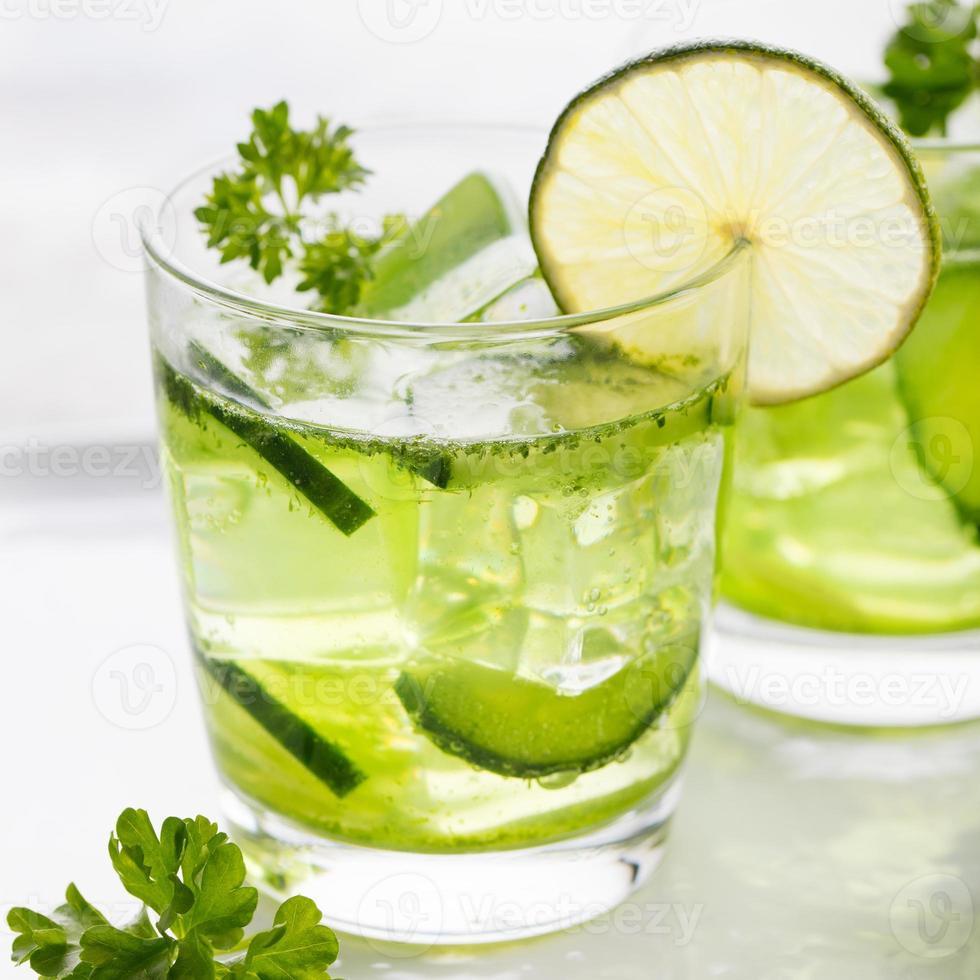 lime, cetriolo, cocktail di prezzemolo, acqua disintossicante foto
