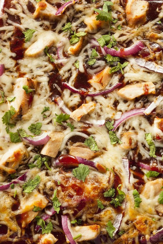 pizza fatta in casa con pollo al barbecue foto