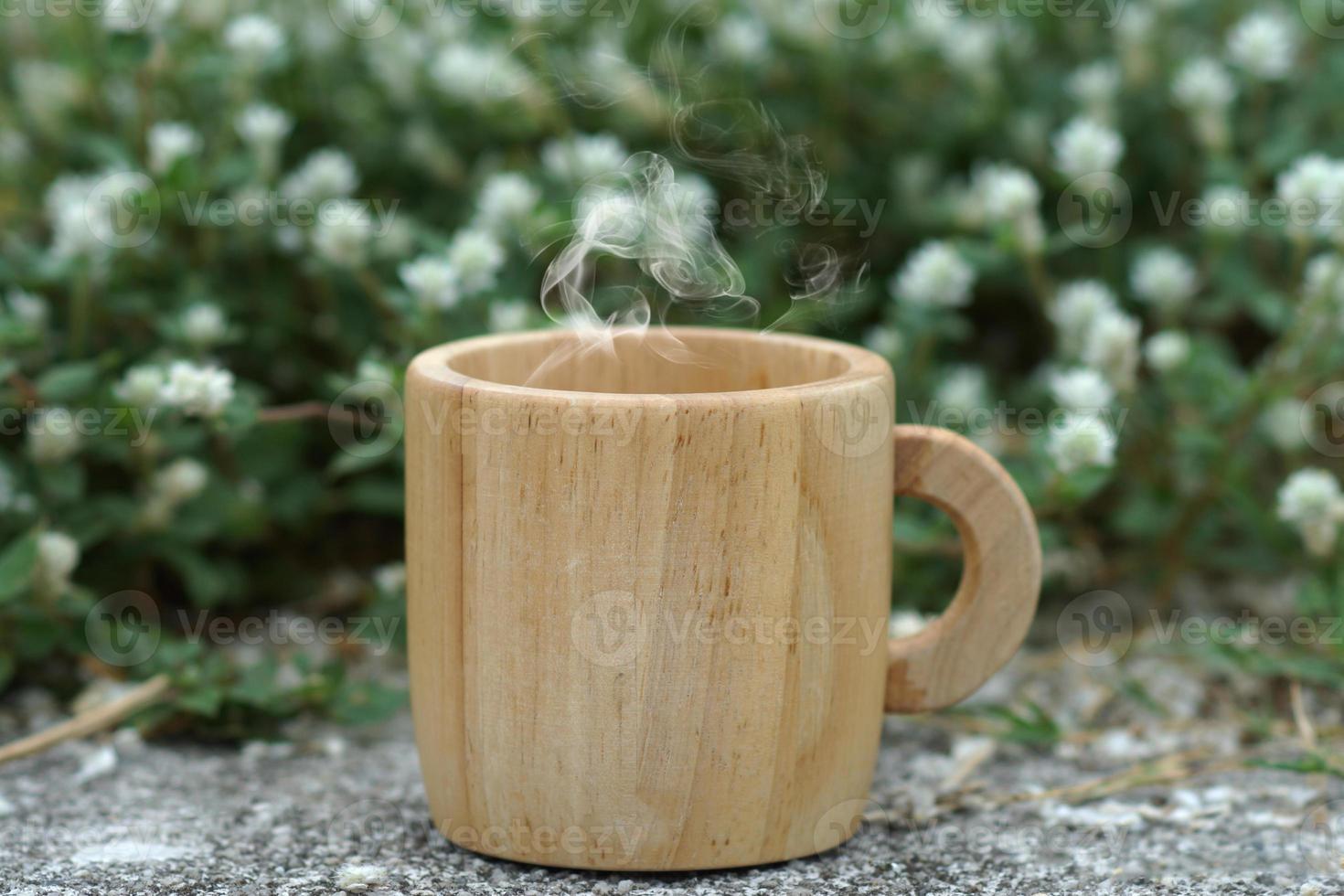 caffè del mattino con una tazza di legno. foto