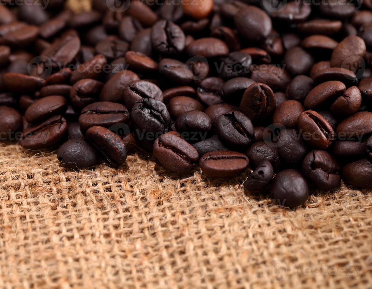 chicchi di caffè sul tessuto di tela foto