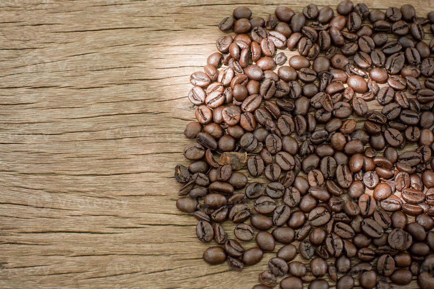 chicchi di caffè su fondo di legno foto