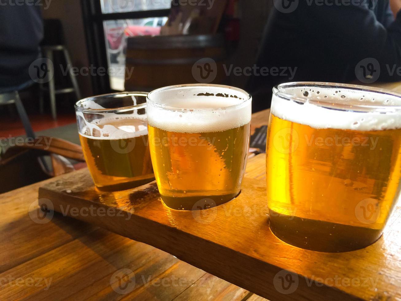 campionatore di birra artigianale foto