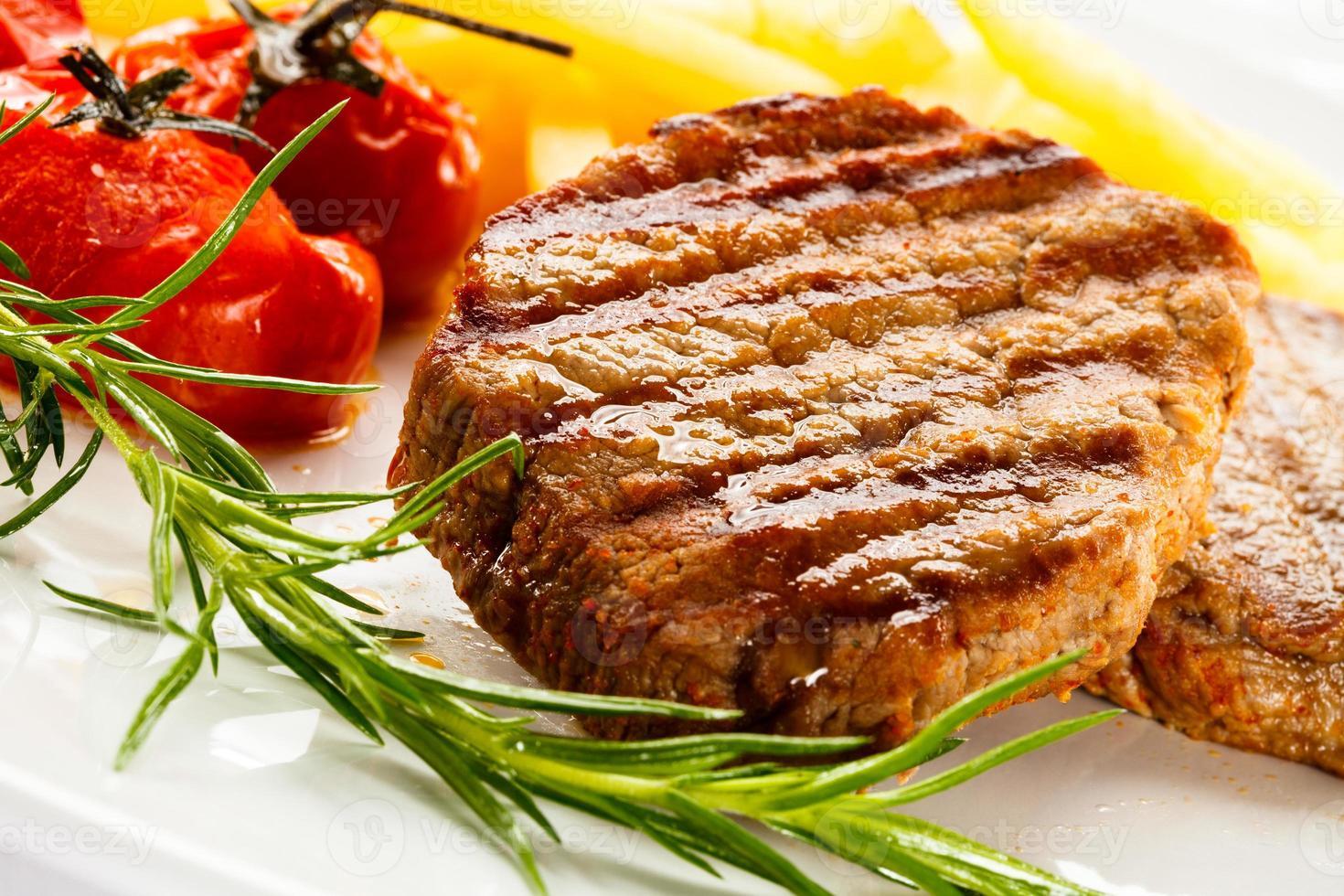 bistecca alla griglia, patatine fritte e verdure foto