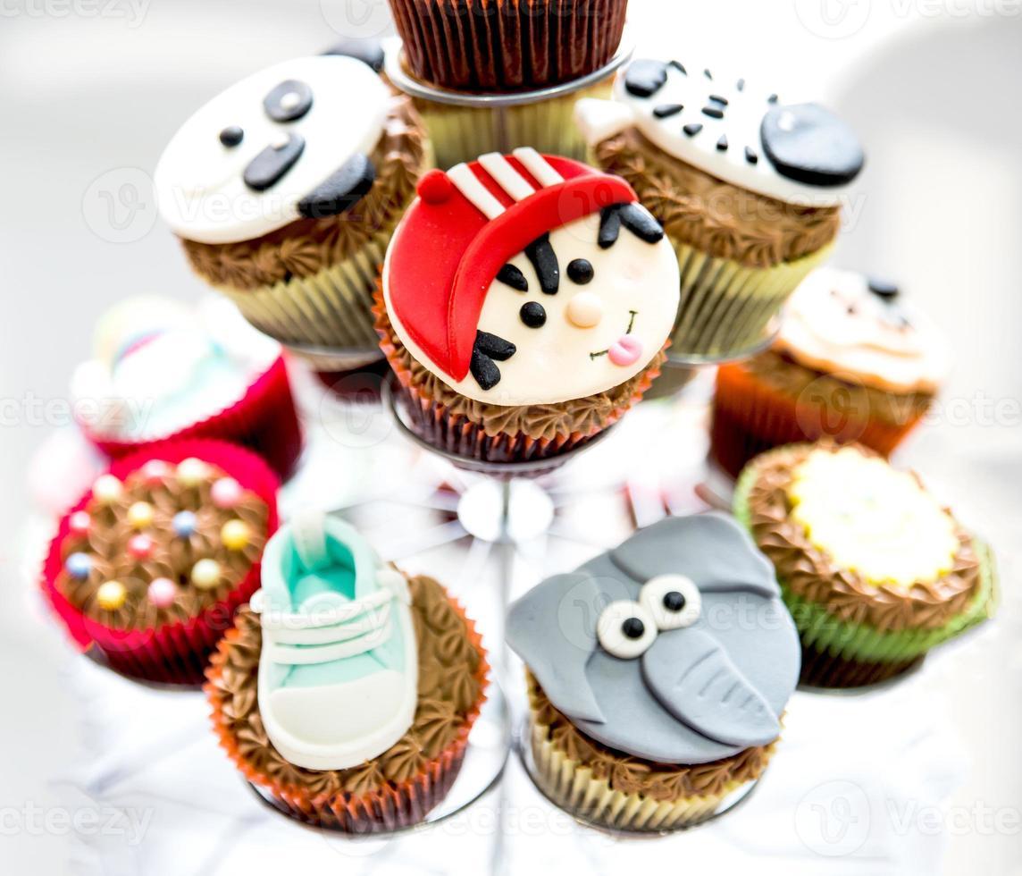 gustando deliziosi cupcakes foto