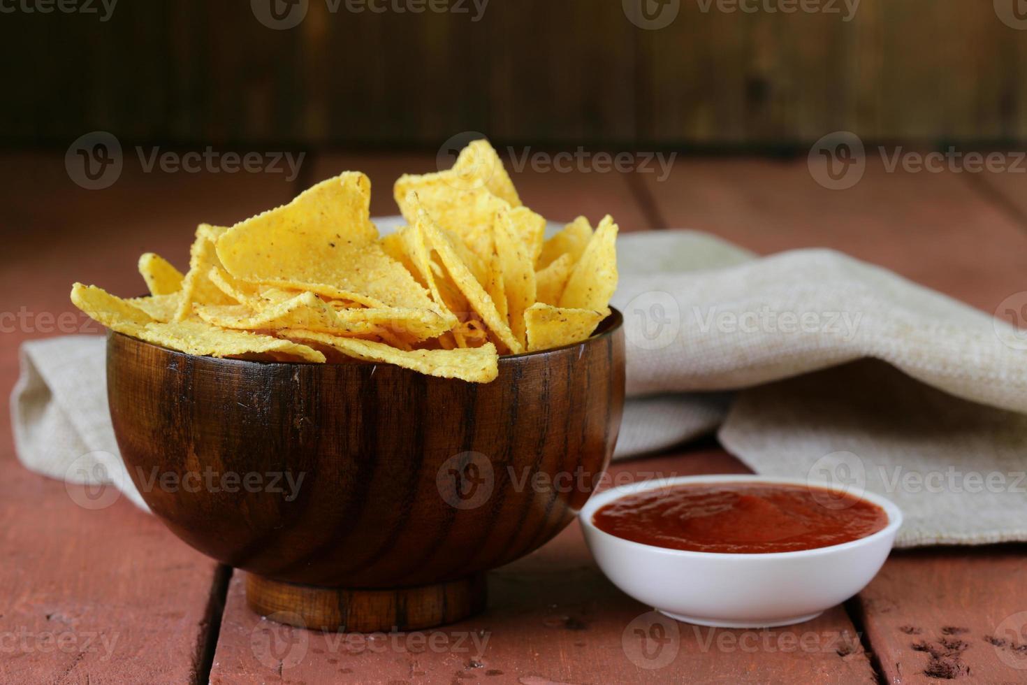 tortilla chips di mais in una ciotola con salsa di pomodoro foto