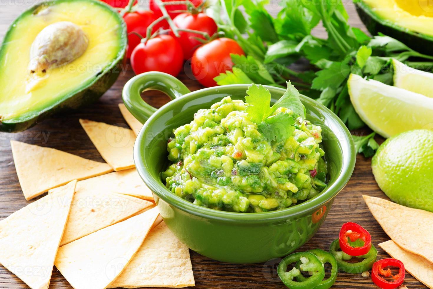 tazza con guacamole e patatine di mais - antipasto messicano tradizionale foto